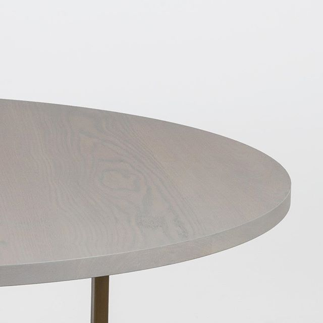 On the edge of the weekend 😎 Bowen table in grey oak. ⠀ ⠀ ⠀ ___________________________________________ ⠀ #diningtable #table #interiordesign #workplacedesign #meetuptable #breakouttable #round #uhurudesign #newamericandesign