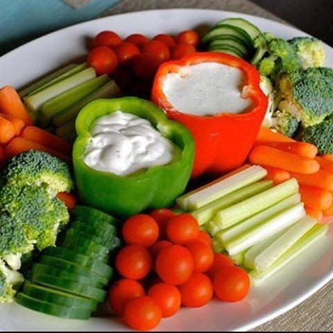 Whose super bowl spread looks like this?! 💁 Veggie tray is always my party staple! Enjoy good company and football 🏈 fun ✨👾 easy to make good choices when you don't feel deprived of anything. Balance out the healthy picks with the splurges :- )  #healthylife #findyourbalance #cleaneating #sundayfunday