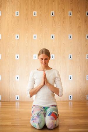 Namaste. Se on syvästi kunnioittava tervehdys. ''Minä kumarran sinulle.''