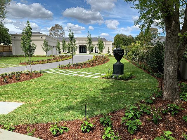 No need for a filter on a beautiful spring day, with beautiful fresh #pinebark #mulch 🤗  Putting the final touches on this gorgeous property in Templestowe. Landscape build by @ianbarkergardens 👌🏼 . . #mulchxpress #landscapedesign #melbournelandscaping #melbournelandscaper #melbournelandscapes #landscapingmelbourne #melbournegardens #mulchblowing #mulchpumping #soilblowing #soilpumping #rockblowing #rockpumping #mulchblowers #barkblowing #soil