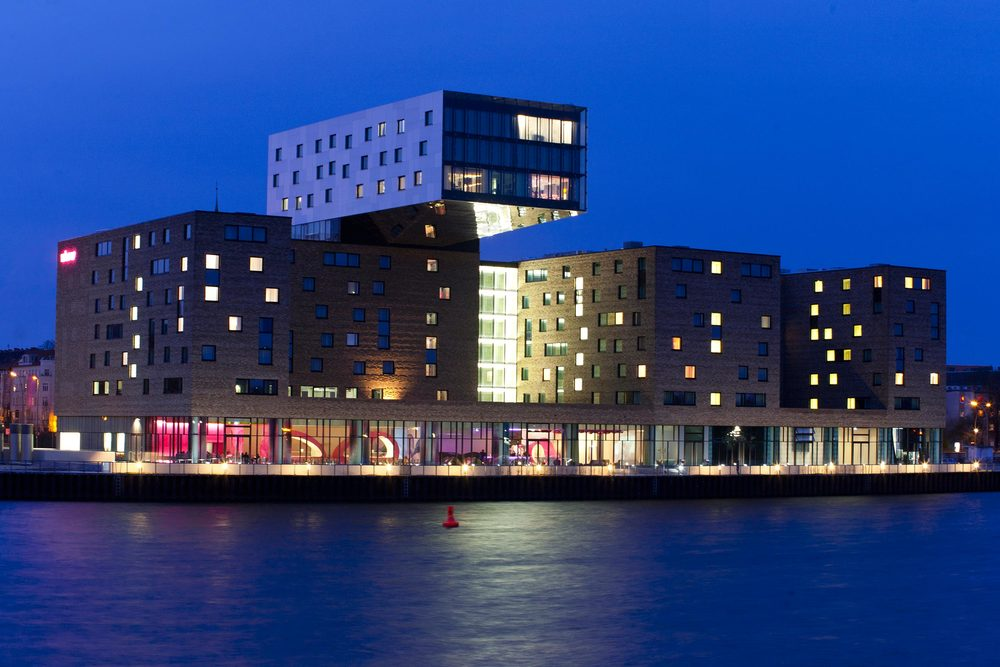 27 nhow Hotel Berlin Nachtaufnahme Südfassade.jpg