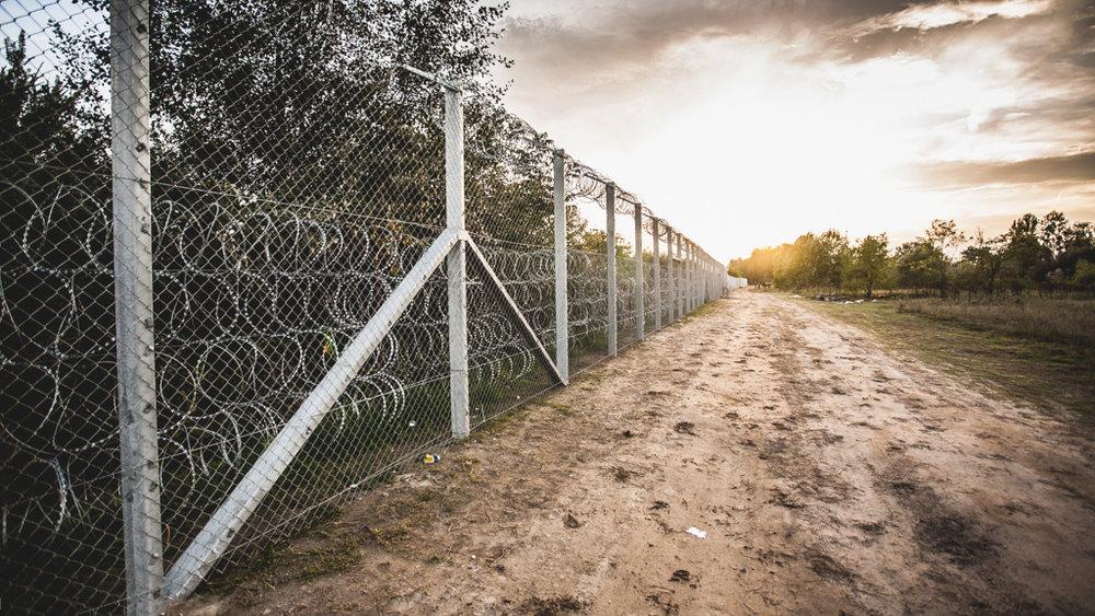 Barrière de séparation à la frontière serbo-hongroise (source : Bör Benedek. https://www.flickr.com/photos/borbenedek/21428822521 )