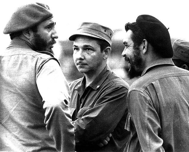 Fidel, Raúl Castro et Che Guevara - Photographie prise à Cuba par Osvaldo Salas.