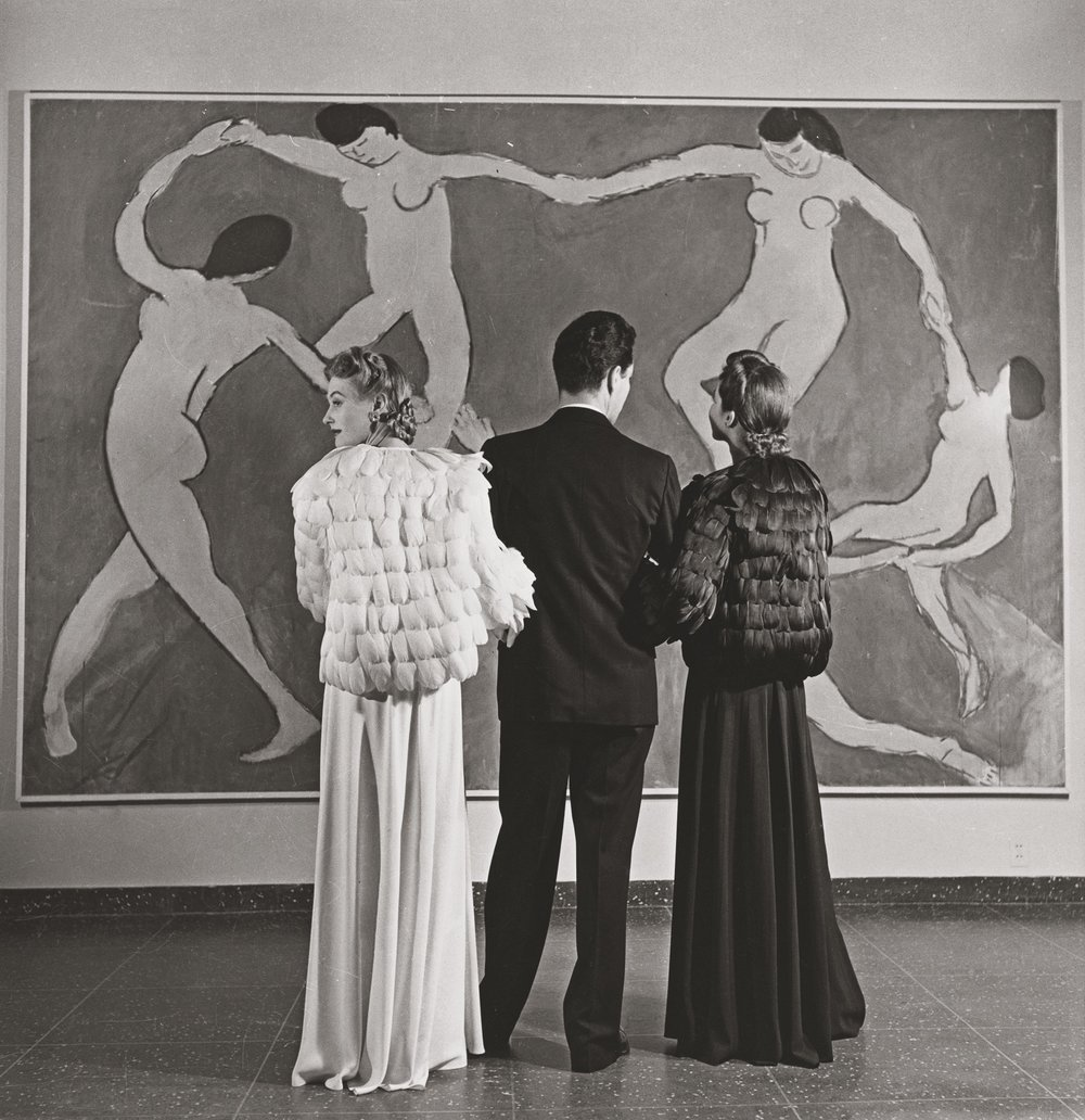 Looking at Matisse, Museum of Modern Art  (1939). Photograph by Louise Dahl-Wolfe. Collection Staley Wise Gallery. Copyright 1989 Center for Creative Photography, Arizona Board of Regents. Image courtesy the Fashion and Textile Museum, London.