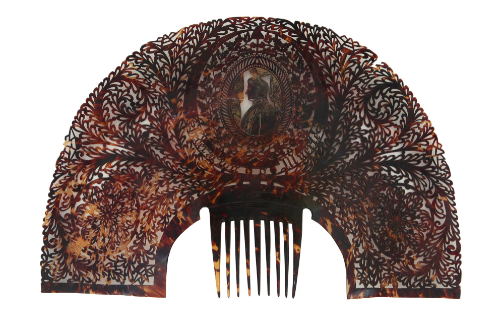 Peinetón  made of tortoiseshell with the image of Juan Manuel de Rosas, 1832-1837.  The Guerrico Collection, National Museum of Fine Arts of Argentina, Buenos Aires.