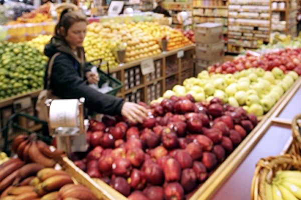 食品標籤上標示「天然」或「純天然」就表示該食品不含人工成分、農藥、抗生素或是來自轉基因食物嗎?這個容易誤導消費者的作法至今仍然存在很大的爭議。(Justin Sullivan/Getty Images)