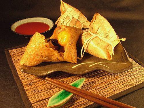 ▲北部粽則是將煮熟的糯米與餡料一起包進粽葉裡蒸熱,糯米吃起來會比較有彈性,看起來米粒形狀也比較明顯。
