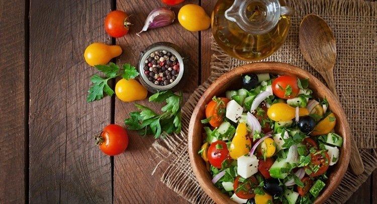 地中海飲食是很受現代營養學推薦的一種飲食模式,源自於1940-1950年代環地中海地區及國家(希臘、義大利南部及西班牙)的傳統飲食型態。 其以大量橄欖油、豆科植物、天然穀物、水果和蔬菜,適量魚、乳製品(起司和優格)及紅酒,少量肉製品為重要特色。