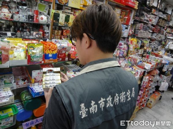 ▲不少食品業者近來因產品標示缺失等問題,面臨3萬元以上300萬以下之罰鍰。(圖/衛生局提供)