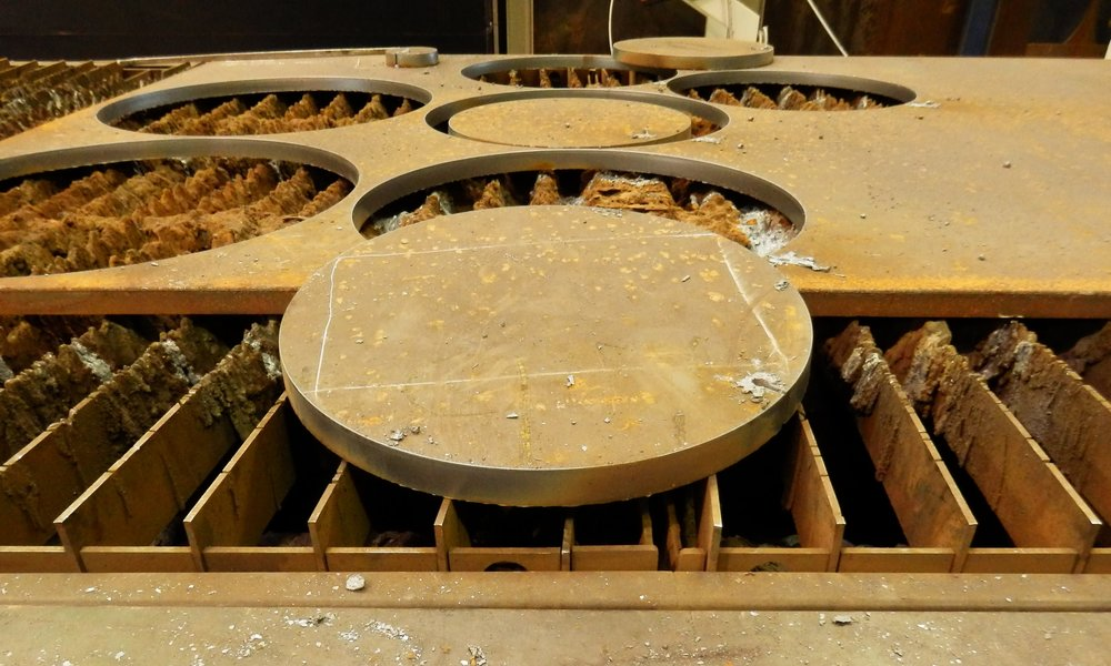 Emner skåret på plasmaskæreren. Plasmaskæreren klarer effektivt godstykkelser over 10-15 mm, hvor laserskæring står af.