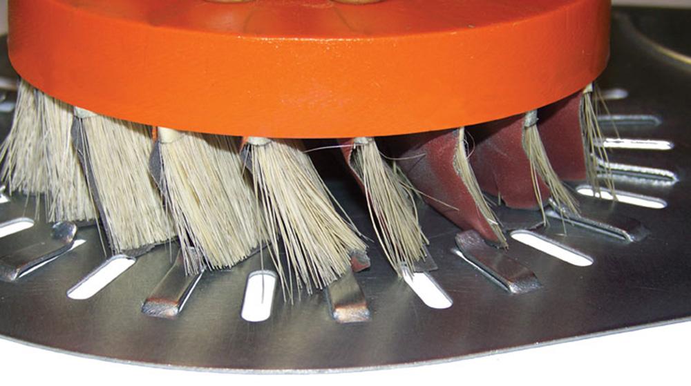 Nærbillede af slibebørsterne på den automatiske afgratnings- og slibemaskine fra Costa