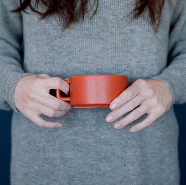 Una taza humeante y un jersey cálido, como este que fotografiamos para Aiö, es todo lo que necesitamos hoy. #aiökids #direcciondearte #digitalcontent #fotografia #brandswelove #designforkids #artdirection