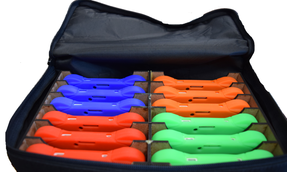 Bolso Portátil de 12 Unidades  - El bolso cargado portátil permite transportar 12 Mochilas Digitales, que permiten mayor movilización y comodidad.Fueron diseñadas exclusivamente para los lugares que geográficamente resulta un conflicto transportar cierta cantidad de Mochilas Digitales.También, aquellas necesidades de nuestros usuarios que tengan grupos grandes de estudiantes, ya que el bolso resulta cómodo y fácil de guardar, además de que es justamente pensado en ese problema que hemos analizado.