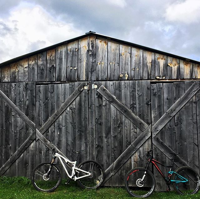 bikes and barns. a couple of my favorite things. #vermont is where i find these things. #ridebikesbehappy