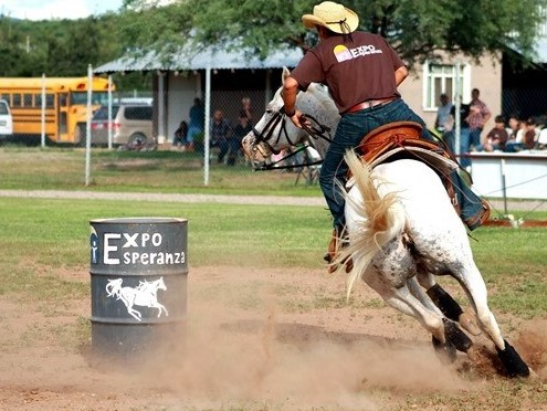 Fede competing in barrel racing at the 2011 EXPO Esperanza