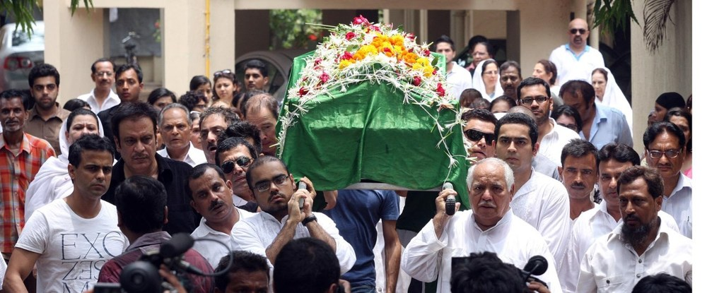 bhiu139zibh38103.D.0.Funeral-procession-of-actress-Jiah-Khan-from-her-residence-in-Juhu-Mumbai-2-.jpg