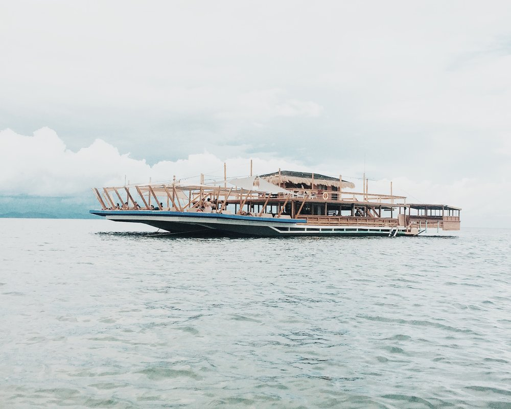 Taw Hai Floating bar - 200 php entrance fee (with one complimentary drink)