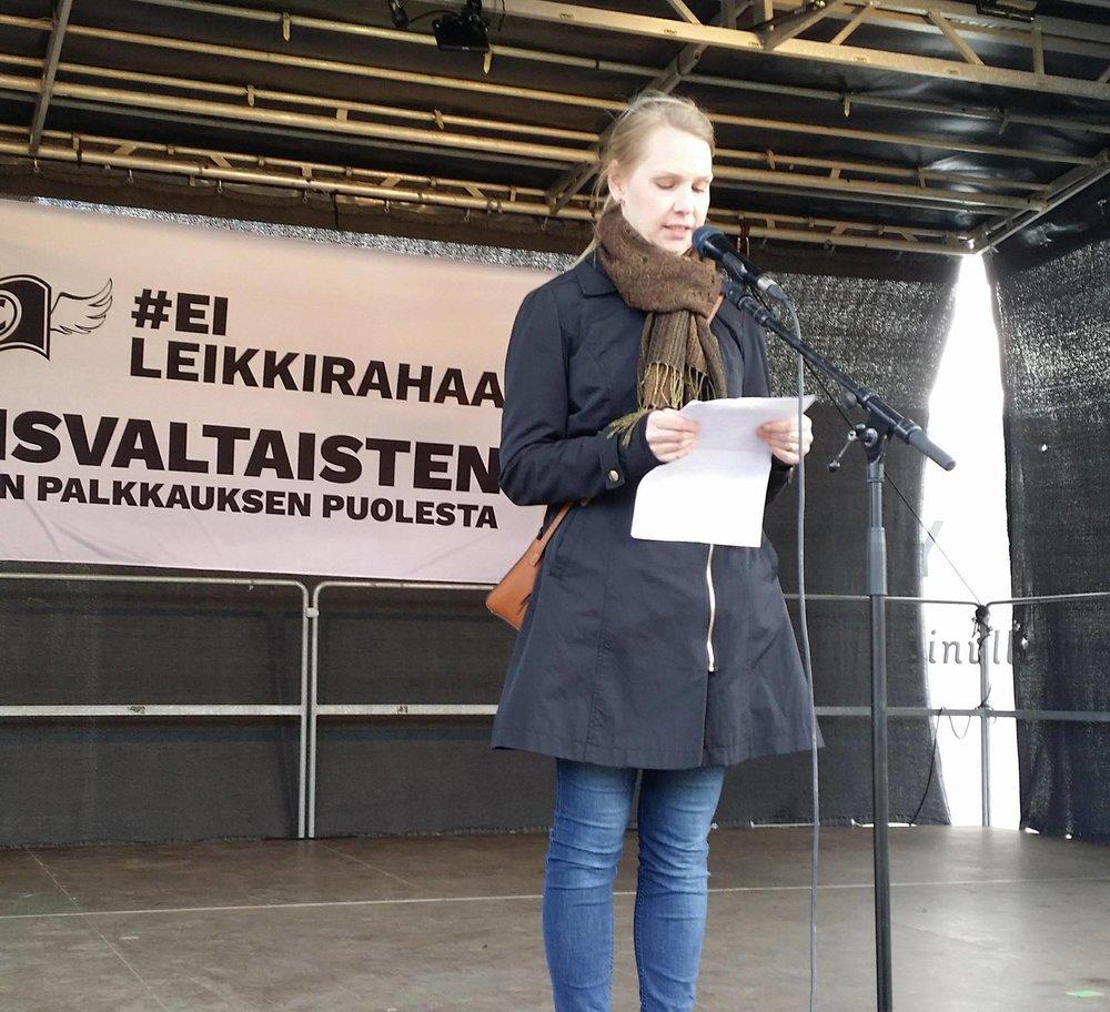 Feministisen puolueen Vantaan piirin puheenjohtaja Katja Mölsä puhumassa #eileikkirahaa-mielenosoituksessa.
