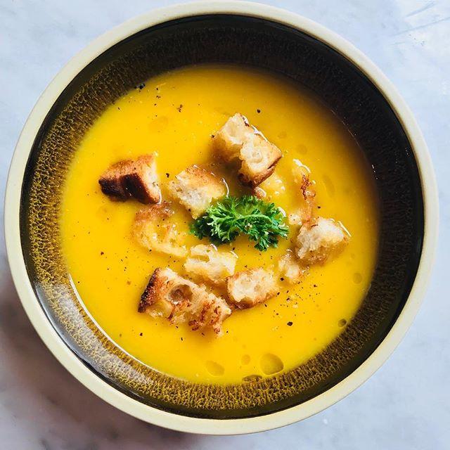 """""""Un jour, une soupe""""/""""en dag, en soppa"""" ✨  Kom och njuta våra fina dagliga soppor  #soupoftheday #takeaway #soupedujour #lunch #stockholm #vasastan"""