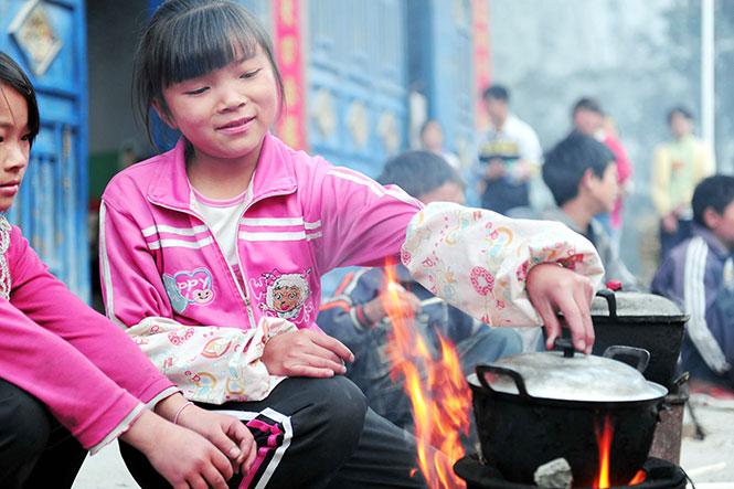 岑万芬,13岁,五(2)班。父母在湖南打工,已经有一年多没回家。.jpg