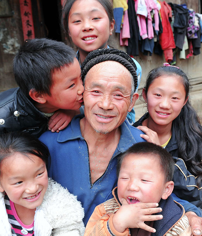 李凤权和他的5个孙子.jpg