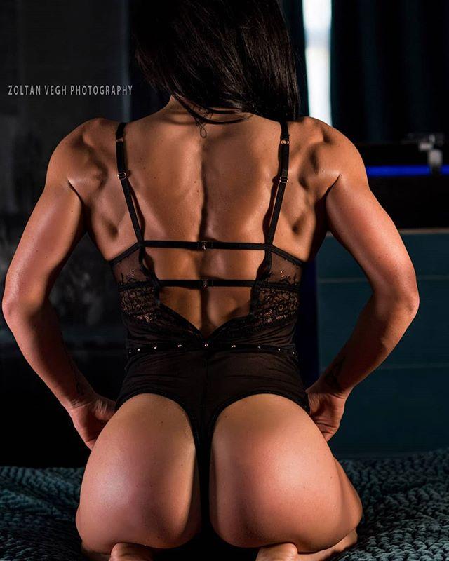 @nori_maczi #zoltanveghphotography #fitnessglamour #fitnessphotography #back #shredded #girlswholift #girlwithmuscles #fitnessgirls