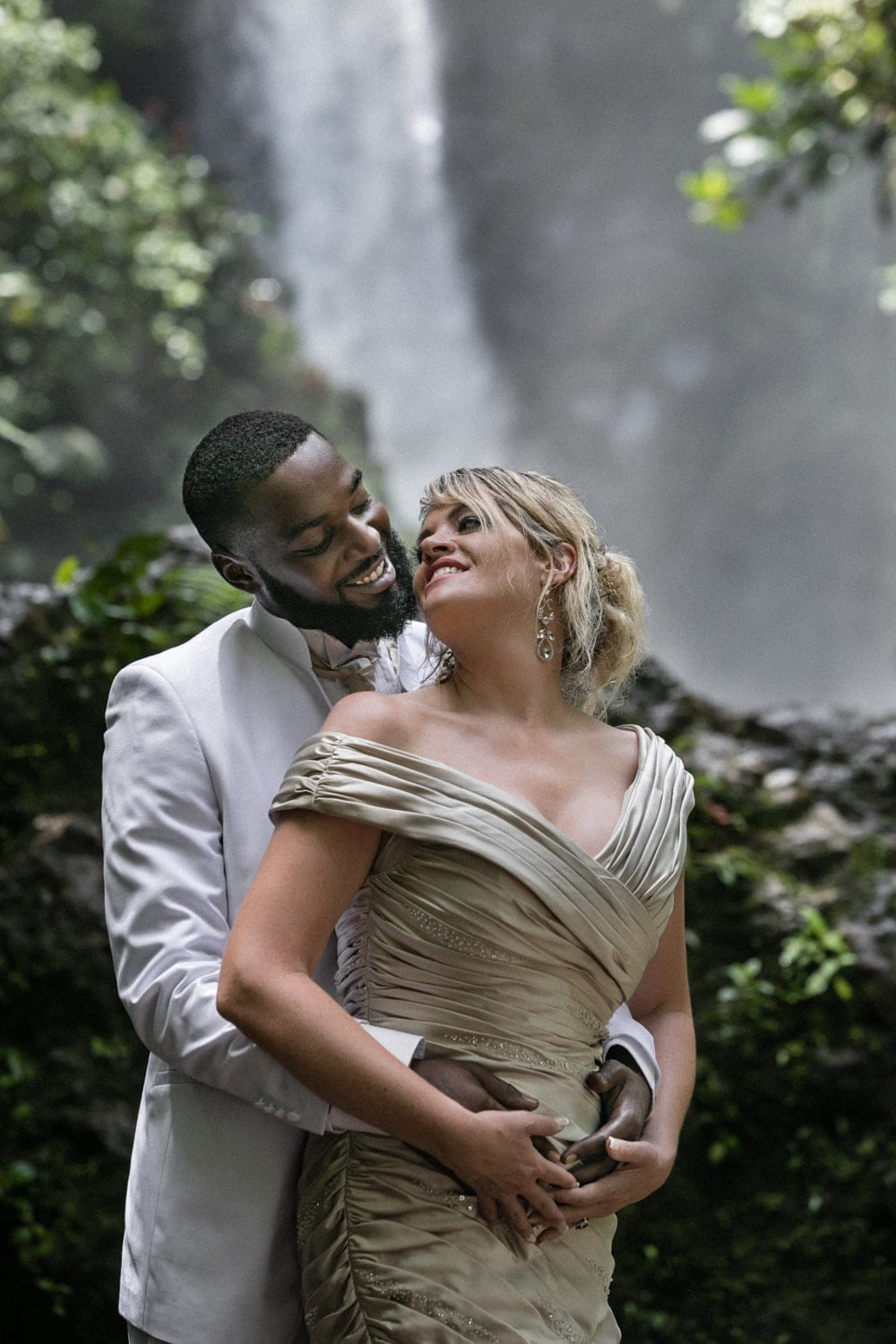 bride-groom-portraits-janet-thad-la-paz-waterfall-gardens-3.jpg