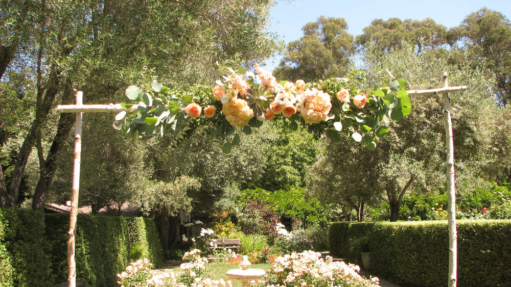 Look at the detail in this archway! Floral by www.bellevuefloralco.com.