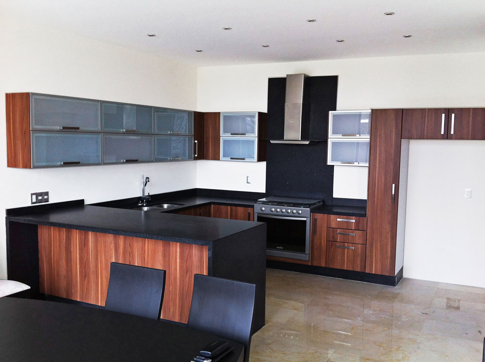 Proyectos cocinas integrales en guadalajara kitchen for Cocina con electrodomesticos de color negro