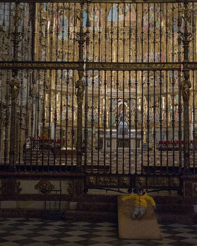 A child playing in front of the retable of the cathedral.