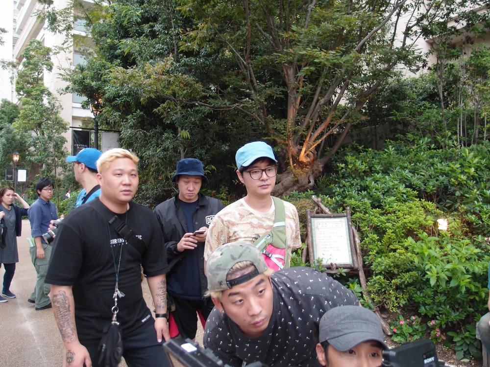 韓国の精鋭撮影部隊。後ろに見えるのは衣装メイクの霜野由佳と日本語演出の永井和男。