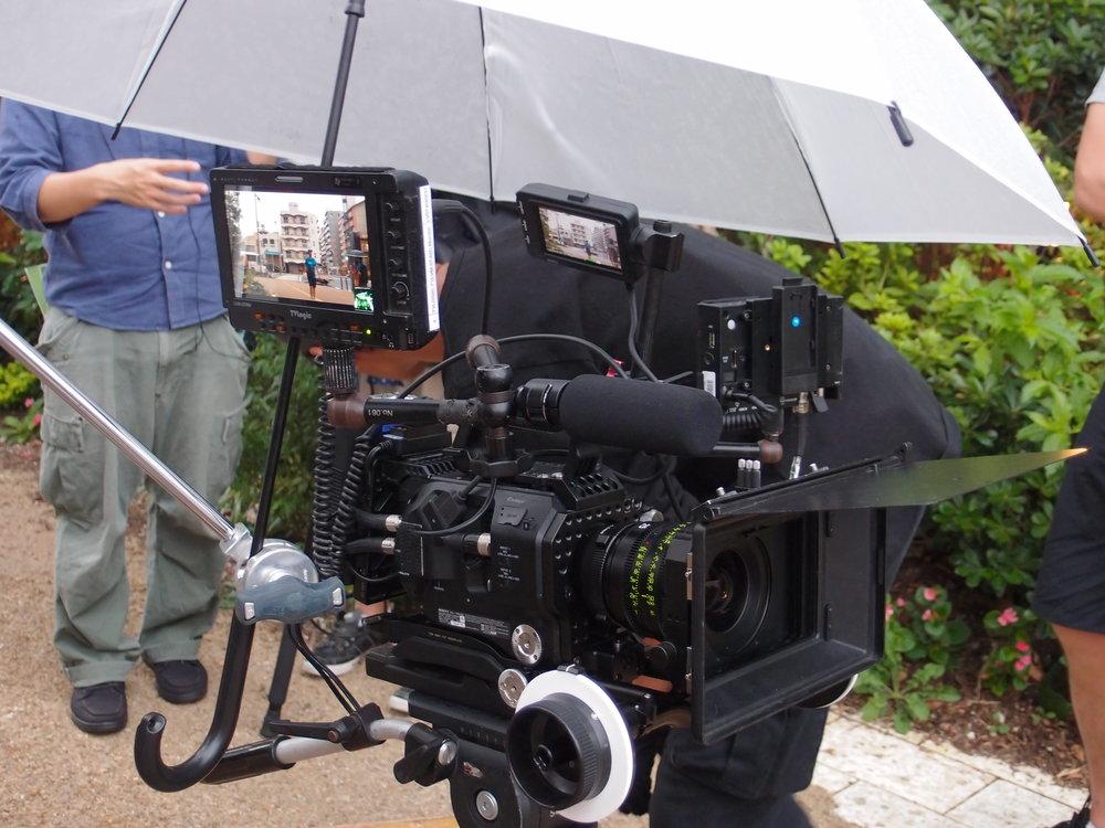 カメラはソニーのFS-7。照明入れて撮影機材一式韓国から船で持ってきました。