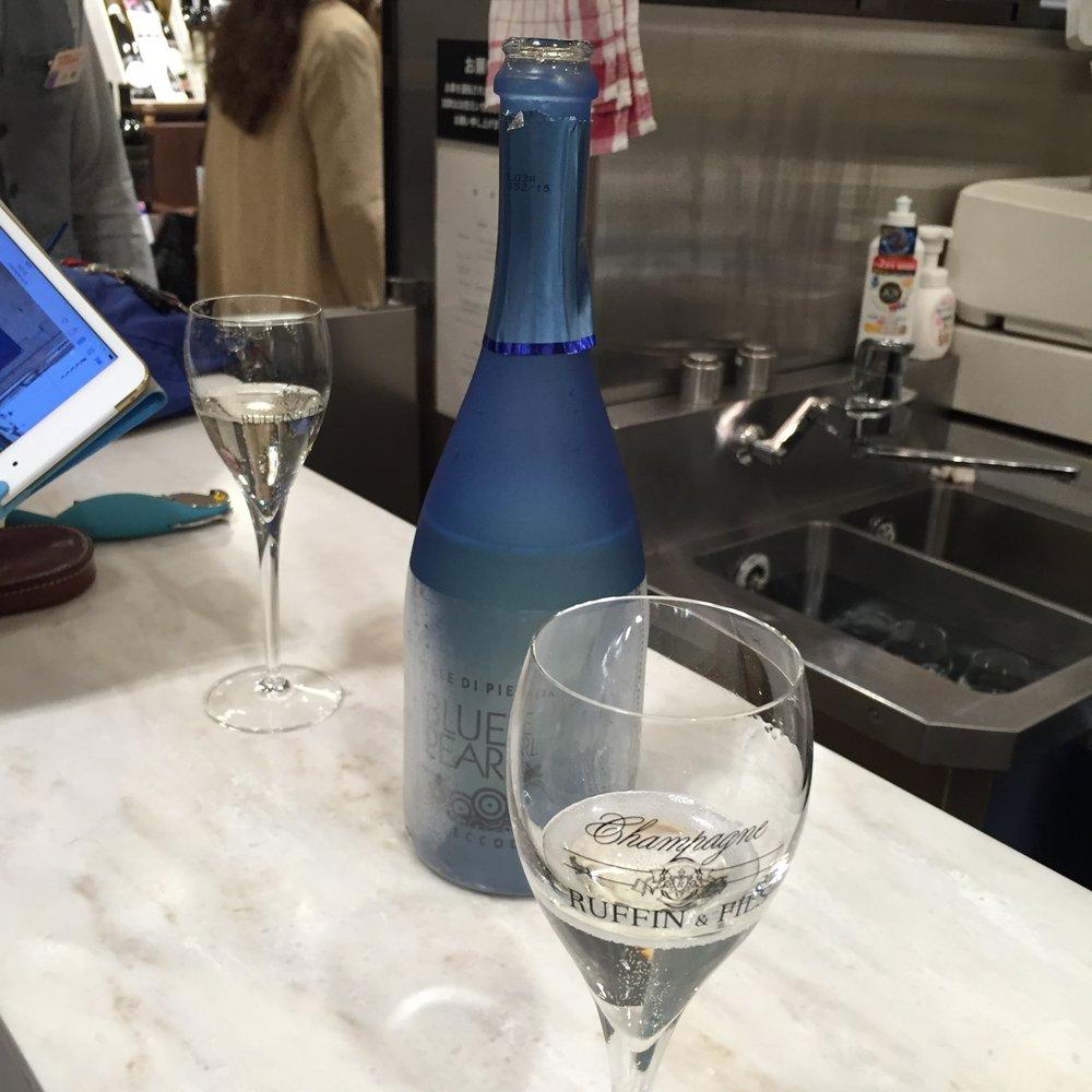 百貨店に商談にいったついでに、ワインコーナーでワインおごってもらいました。
