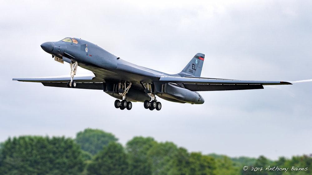 B-1B Lancer landing