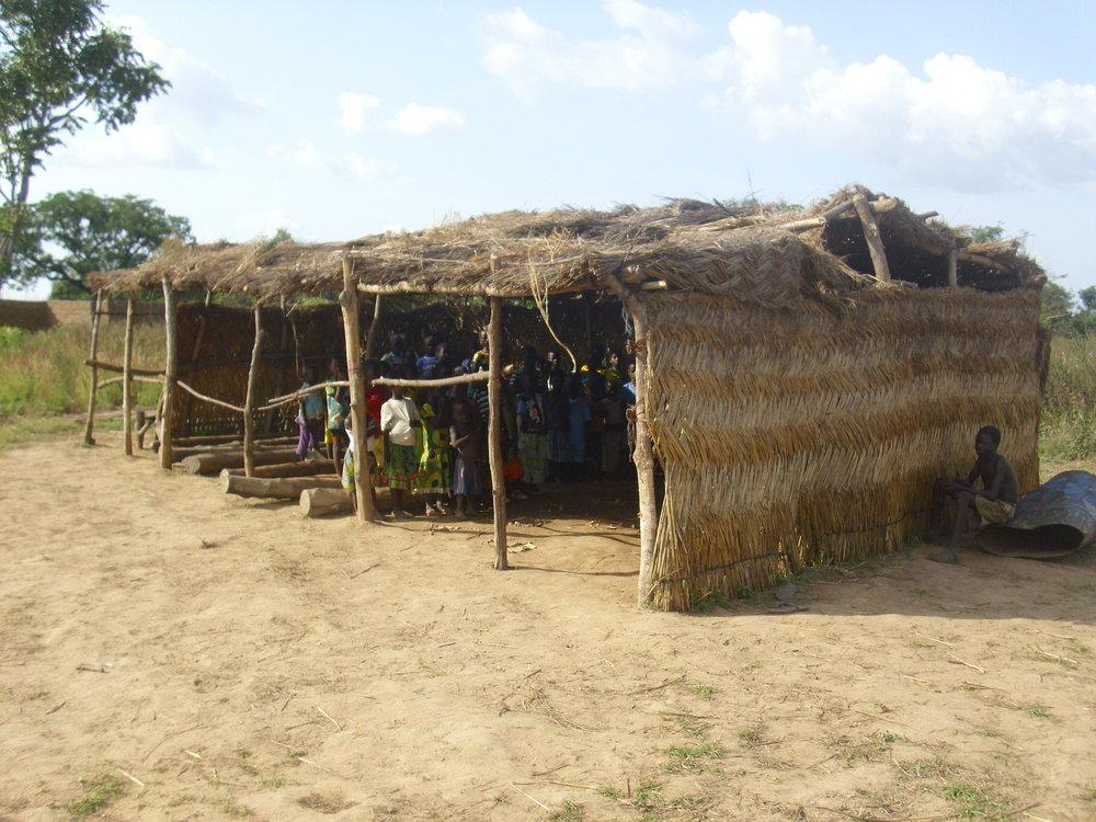 Scuola Nilimotcha (village de Kouni-Monière  groupement  de Denkpen) prima sui tronchi (2).JPG