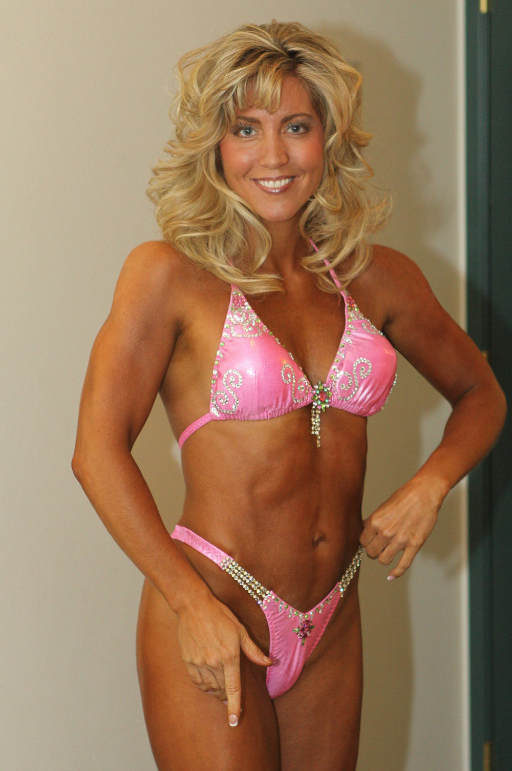 Alicia competed in the division between bikini class (less muscular) and bodybuilding class (more muscular).