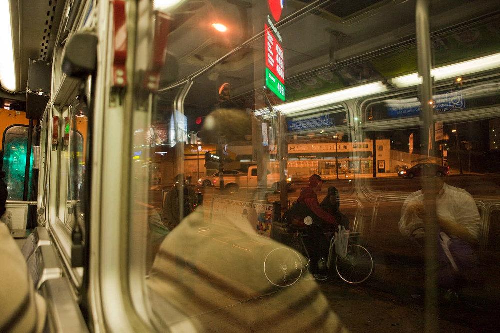 LOS ANGELES, CALIFORNIE, LE 11 MAI 2011: Sur Sunset Boulevard, un arr�t de bus � Echo Park, un quartier Latino, vu du bus 4, qui fonctionne 24h/24, et fr�quent� la nuit dans les quartiers branch�s la nuit par quelques f�tards, des travailleurs Latinos et des SDF. La majorit� des usagers de transport public � Los Angeles sont des travailleurs Latinos pauvres (photo Gilles Mingasson pour Le Monde2).