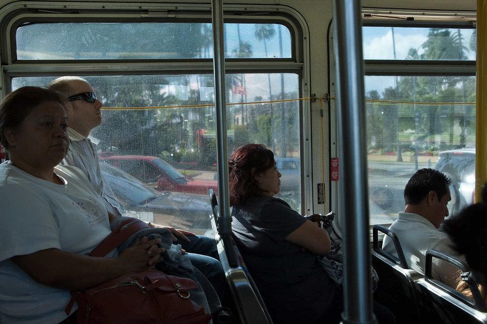 BEVERLY HILLS, CALIFORNIE, LE 09 MAI 2011: Des passagers dans le bus 302 (ou 2) qui relie downtown Los Angeles et le PCH (Pacific Coast Highway) en suivant Sunset Blvd, et qui transporte principalement des Latinos, dont beaucoup de femmes de m�nage et nounous. La majorit� des usagers de transport public � Los Angeles sont des travailleurs Latino pauvres (photo Gilles Mingasson pour Le Monde2).