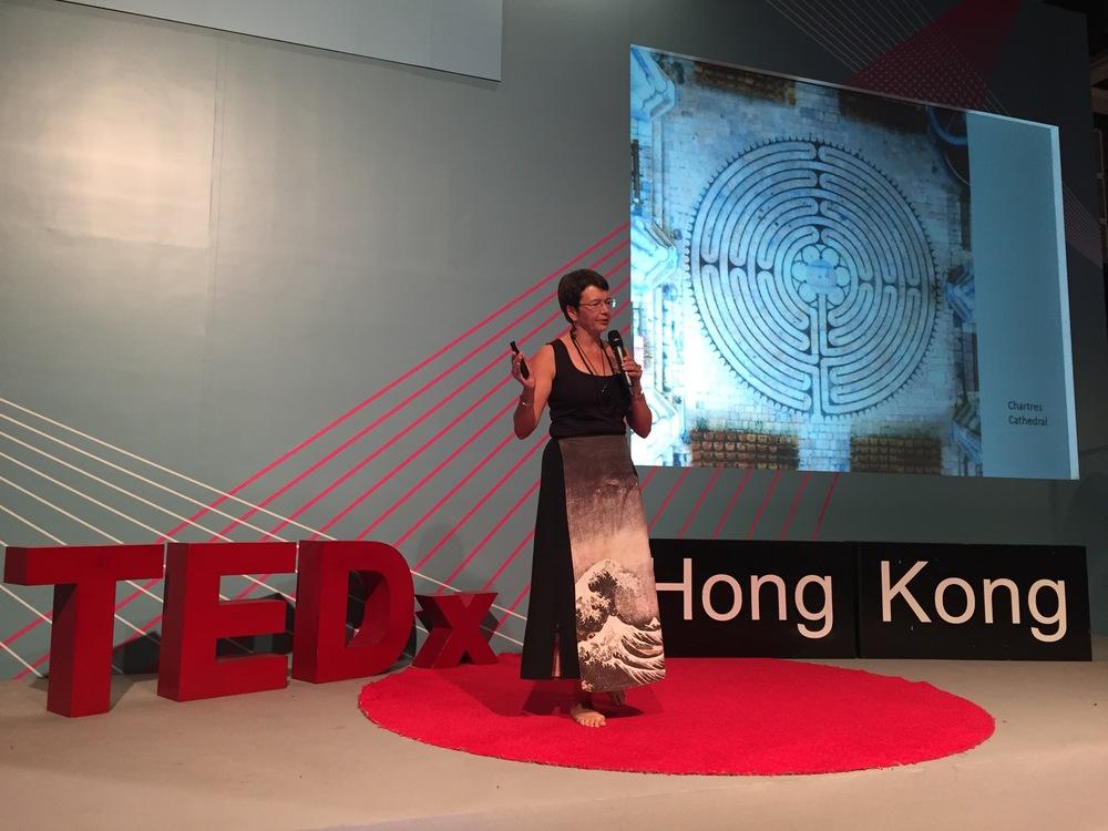 Martha Collard在香港TEDx論壇中展示紅門