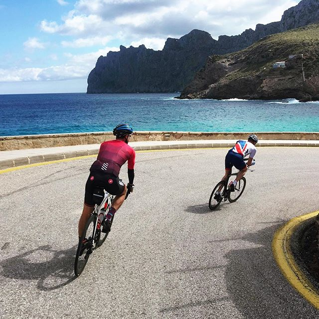 Who wouldn't want to ride their bike here? This is why we ❤️ Mallorca. 📷: @guiemanxel 🚴🏻: @santi_brage + @davidsmith140.6 • • • #whyweride #cyclingmallorca #triathlon #training #blueskybluesea #smoothroads #canitgetanybetter #spins #bikes #mallorca #gottotri #olympian #ridingwithchampions