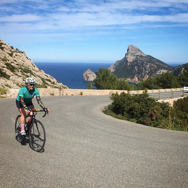 We don't wanna sound like a broken record 📀 ...but we love this ride 🚨 #TheLighthouse ⠀⠀⠀⠀⠀⠀⠀ • • • #checkthemsleeves #spinit #recordbaby #cycling #trilife #triathlon #mallorcacycling #morvelo #bluesky #bluesea #womencycling #swimbikerun #training #formentor