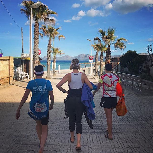 "This is what it looks like when triathletes ""grab their girls and hit he beach""... 🏝🏊🏻‍♀️👊 ⠀⠀⠀⠀⠀⠀⠀ #friyay #fridayfeeling #shestheboss #swimming #openwater #mallorca #swimsuit #wetsuit #womenwhotri #swimbikerun #strut #beach #trainingcamp #gottotri #bluesky #towfloat"
