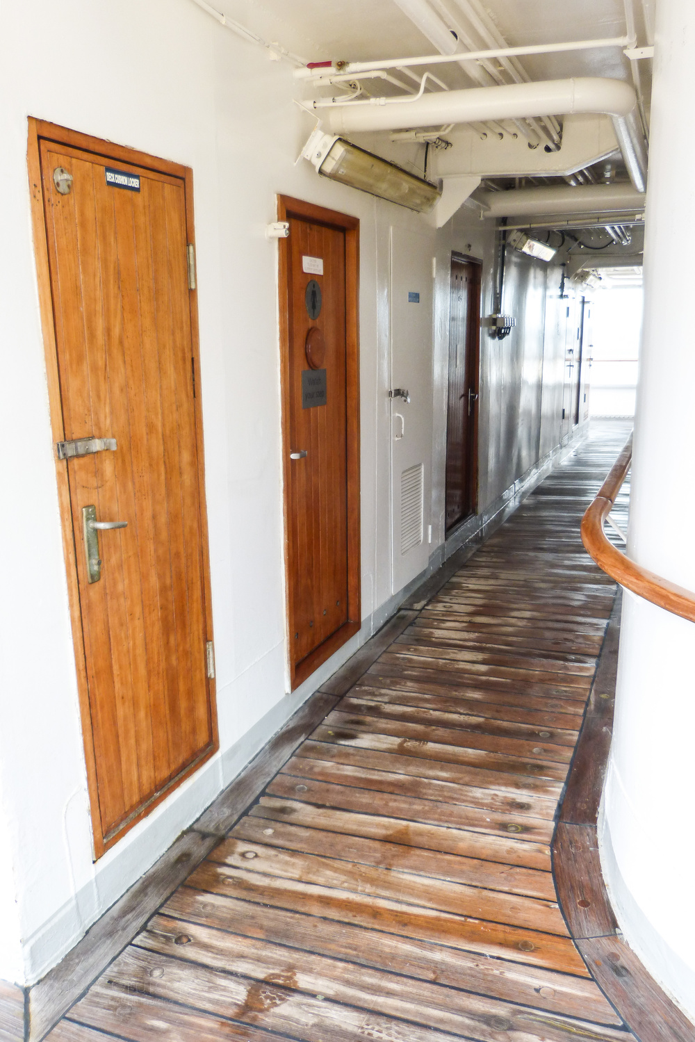Small passage on the back of deck 9 with discrete washrooms.
