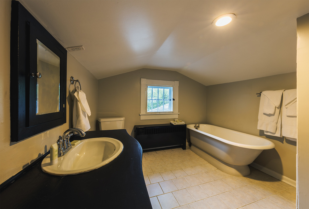 6487-6489_ManorHouse_UpstairsBathroom.jpg