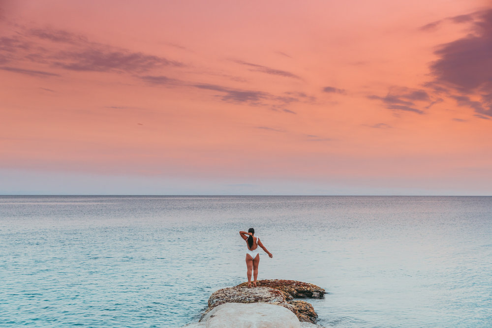 A beautiful sunset at the Scuba Lodge in Pietermaai, Willemstad, Curaçao // 20 Photos to Show You Why Curaçao Needs to Be On Your Travel Radar // www.readysetjetset.net #readysetjetset #curacao #caribbean #beach #ocean #paradise #travel