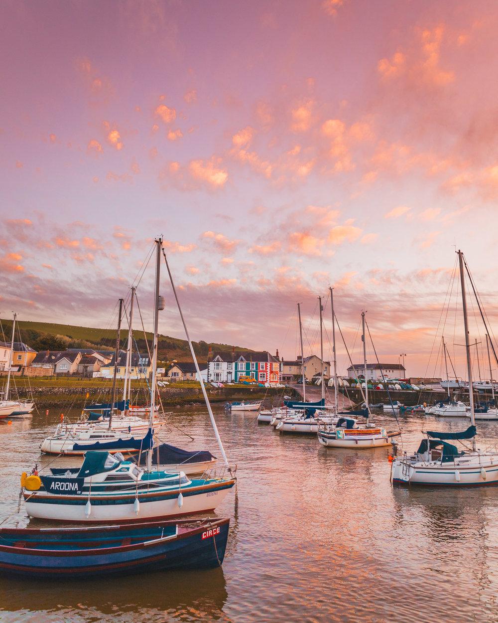 Aberaeron harbour sunset // The Most Beautiful Places to Visit in Wales // #readysetjetset #wales #uk #welsh #travel #photospots #blogpost