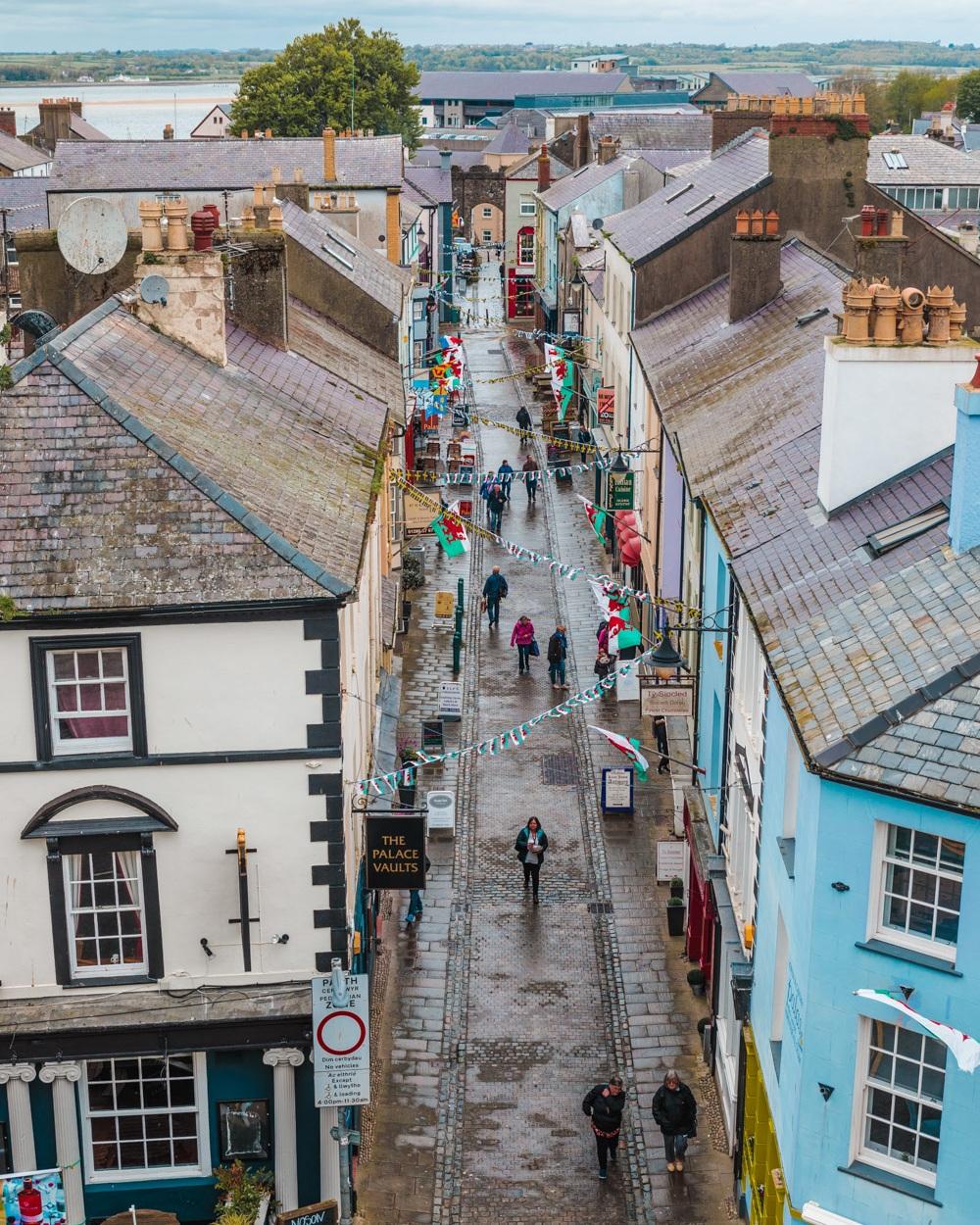 Caernarfon town // The Most Beautiful Places to Visit in Wales // #readysetjetset #wales #uk #welsh #travel #photospots #blogpost