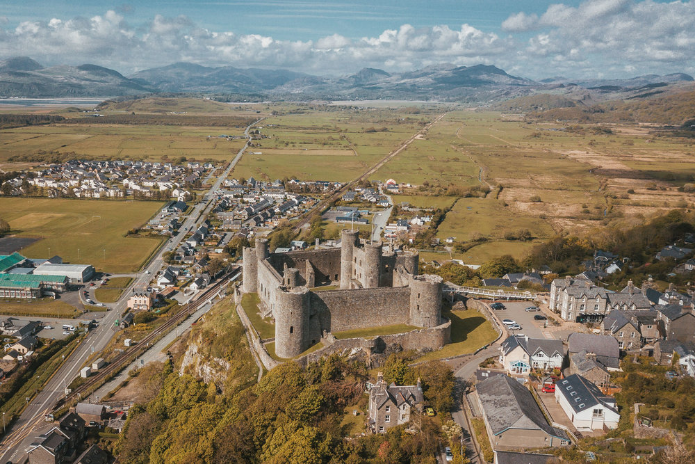 Harlech Castle by drone // The Most Beautiful Places to Visit in Wales // #readysetjetset #wales #uk #welsh #travel #photospots #blogpost