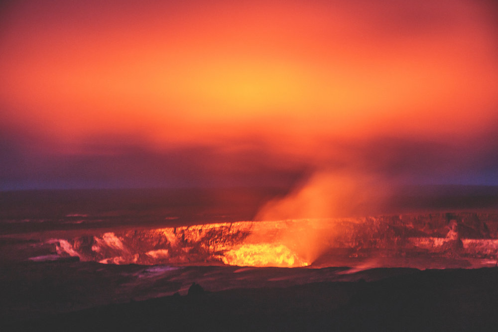 Hawaii Volcano glowing at night // 10 Things You Have to Do on the Big Island of Hawaii // www.readysetjetset.net #readysetjetset #hawaii #bigisland #blogpost #hawaiiguide