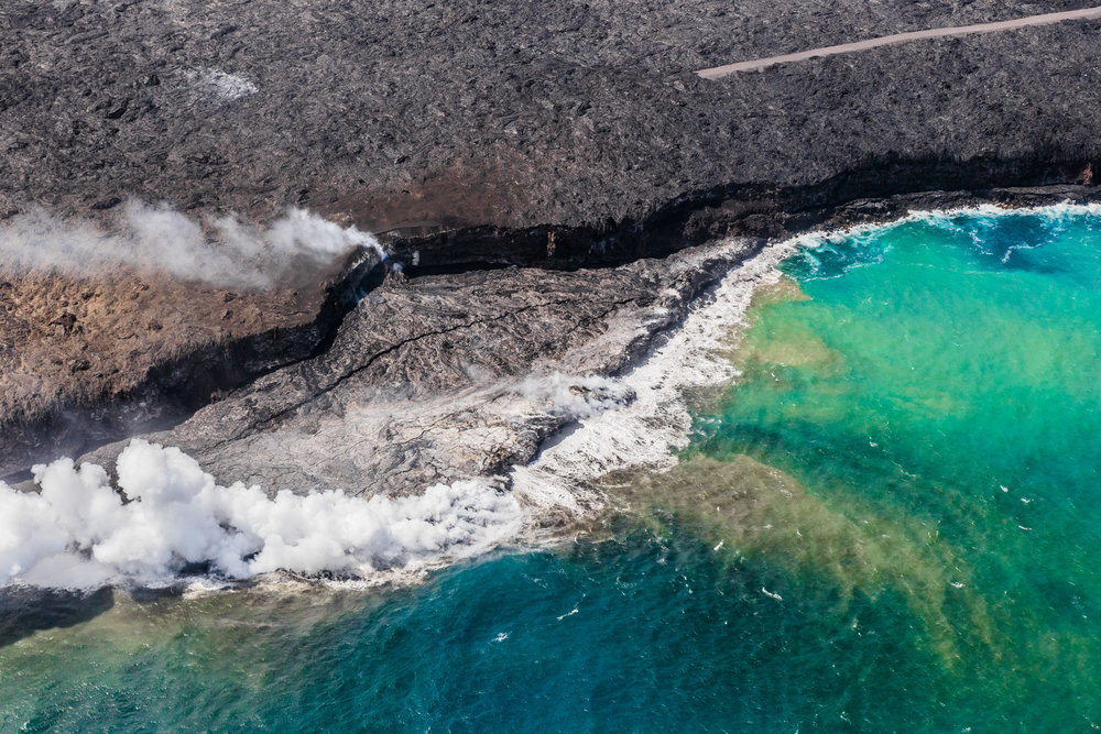 Helicopter flight over the Big Island lava flow // 10 Things You Have to Do on the Big Island of Hawaii // www.readysetjetset.net #readysetjetset #hawaii #bigisland #blogpost #hawaiiguide